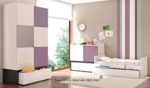 chambre bébé violet lit et table à langer en bois décoration de la chambre bébé