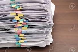 sur le bureau pile de documents avec des colorés sur le bureau empiler