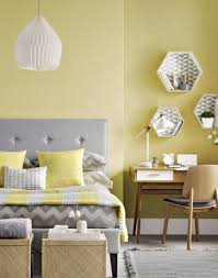 yellow bedroom with lined hexagon box shelves áreas íntimas