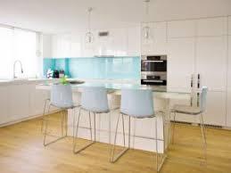 credence cuisine blanc laqué une cuisine blanche dynamisée avec une crédence bleue par carnet deco