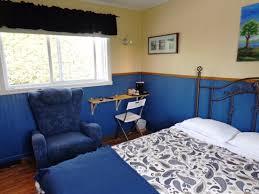 chambres avec chambres avec 1 lit pour adultes avec bureau mural et