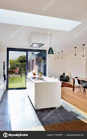 cuisine de loft cuisine moderne ouverte de loft avec vue sur un jardin luxuriant