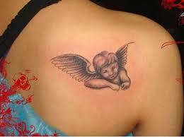 tatuajes de ángeles bebes en la espalda