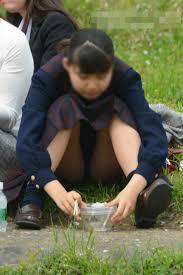 お花見 パンチラ 盗撮|公園 芝生 パンツ 休日 パンチラ エロ画像【2】