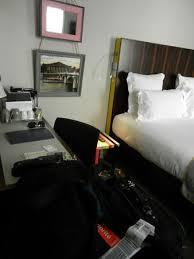 chambre d hotel avec chambre avec peu d espace pour les valises photo de