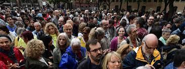 tenue bureau de vote référendum en catalogne des milliers de personnes massées devant