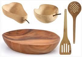 ustensiles de cuisine en bois du bois dans la cuisine et sur la table joli place
