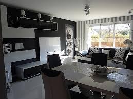 chambre st駻ile meuble ancien peint en noir le papier peint baroque et le