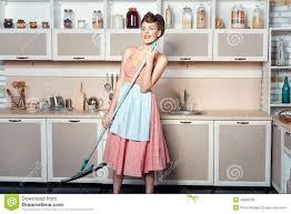 nettoyer la cuisine la fille fait nettoyer la cuisine et chante photo stock image du