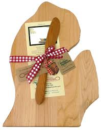 amazon com michigan mapleworks large lower peninsula mitt shaped amazon com michigan mapleworks large lower peninsula mitt shaped maple cutting board with cherry wood cheese spreader gift set kitchen dining