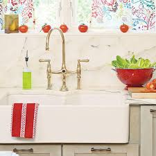 Farmhouse Sinks With Vintage Charm Southern Living - Apron sink with backsplash