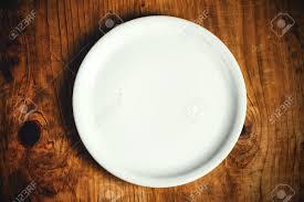 assiettes en bois empty assiette blanche rustique table de cuisine en bois vue de