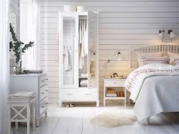 chambre lambris blanc chambre épurée blanche meubles ikea