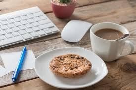 image pause café bureau pause café au bureau une table en bois avec le biscuit de chocolat