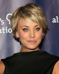 how to grow out short hair into a bob 10 times kaley cuoco showed us how to style short hair photo 1