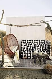 canapé suspendu espace détente dans un fauteuil suspendu sur la terrasse