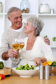 amour dans la cuisine de personnes âgées dans l amour manger une salade dans la