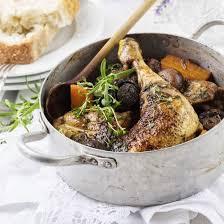 cuisiner du coq recette coq au vin blanc lardons fumés et chignons