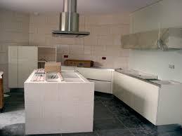 installation de la hotte de cuisine victor cuisine bain décoration cuisine avec îlot central et