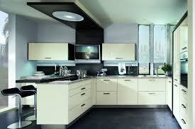 einbaukuche u form kuche weis hochglanz geschlossen mit tisch