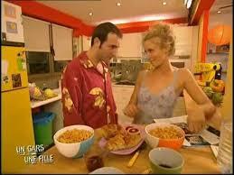 un gars une fille dans la cuisine bobybuilding masculin