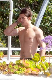 celeb photos orlando bloom shirtless at a rooftop terrace