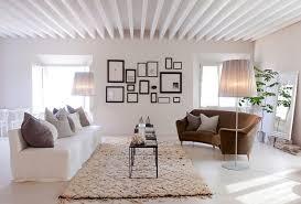 deco canapé idée déco grand salon classique beige qui joue les accumulations et