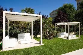 giardini con gazebo giardino con gazebo accanto alla piscina foto di beaurivage