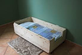 chambre bébé fabrication fabriquer un lit style montessori soit même