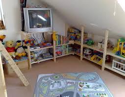 kinderzimmer mit schräge regale und kleiderschrank für kinderzimmer mit dachschräge