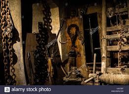 chambre des tortures ancienne chambre de médiévale avec de nombreux outils très