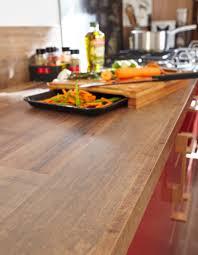 plan de cuisine en bois un plan de travail imitation bois pour une cuisine rustique chic