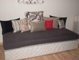 un lit d appoint transformé en canapé aux rideaux d oline