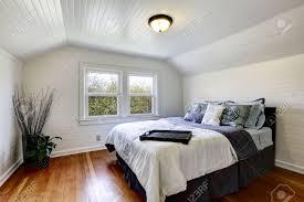 le plafond chambre chambre avec planches de bois murs et le plafond à caissons vue de