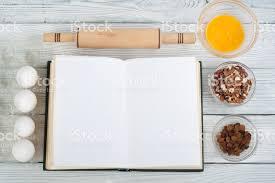 id de recette de cuisine livre de cuisine de recette ouvert sur fond en bois cuillère rouleau