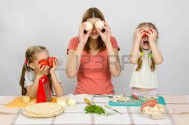 deux filles en cuisine maman de deux petites filles ayant plaisir à la table de la cuisine