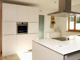 kche wei mit holzarbeitsplatte geisberger küchen und esszimmer bonbruck bodenkirchen weiß mit
