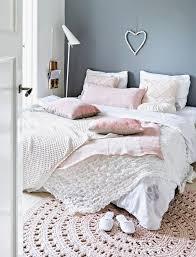 chambre douillette une accumulation de textiles pour une chambre douillette