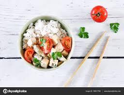 cuisiner asperges vertes fraiches plat de tofu délicieux avec des tomates fraîches et asperges vertes