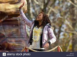 november 27 2008 shontelle waves to the crowd the macy s stock