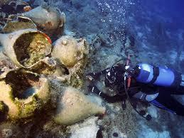 destrocos com centenas de anos achados o ministerio da cultura da grecia divulgou fotos de mergulhadores investigando destrocos de embarcacoes oriundas de