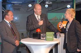 DLR, ESA und das ZDF wollen die Schüler begeistern. V.l.: Jean Coisne, ESA, Dr. Hartmut Ripken, DLR, und Andreas Korn, ZDF tivi. Bild: DLR. - ripken_korn_380