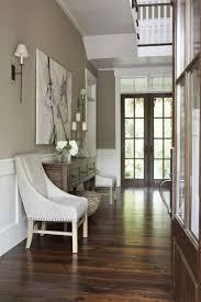 wohnideen flur braungraue gestaltung wohnideen im flur gemälde weiße stühle