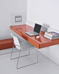 conceito de mesa suspensa em alta mesa com gavetas com pintura