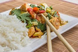 cuisine asiatique poulet plat asiatique avec le poulet les légumes et le cilantro photo