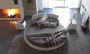 chambre avec lit rond lit rond design taupe et beige dans la chambre adulte avec cheminée