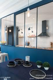 la cuisine d une grande verrière bleue sépare la cuisine de cette salle à manger