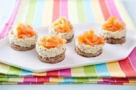 canapé saumon fumé recette de blinis à la mousse d artichauts marinés et julienne de