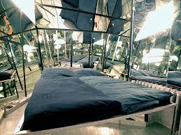 hotel chambre avec miroir au plafond hôtel insolite berlin le propeller island city lodge voyage