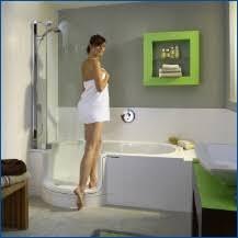 kleine badezimmer lösungen baden und duschen auf kleinstem raum